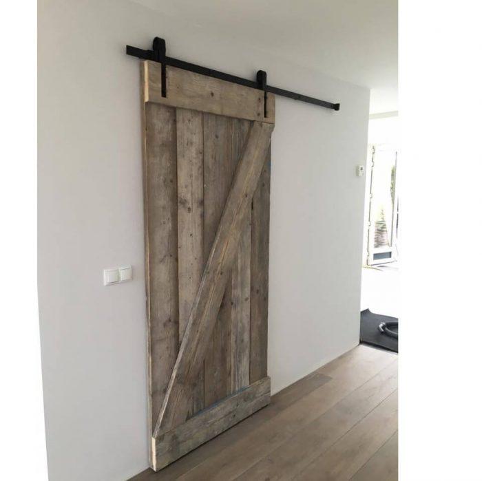 Maßgeschneidert: Schiebetür gebrauchtes Gerüstholz
